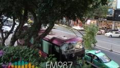 突发!福州杨桥路一大巴车卡在大榕树下,动弹不得……