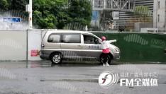 突发!福州市中心一水管破裂,水柱冲上路灯高