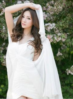 柳岩白纱裙拍写真 林间甜笑气质优雅