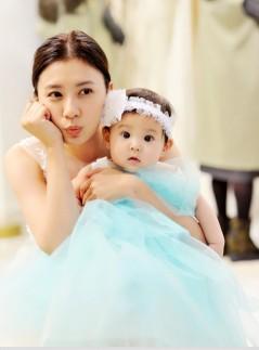 《超妈》贾静雯咘咘试婚纱 大小公主美呆