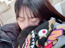 baby抱儿子睡觉画面温馨