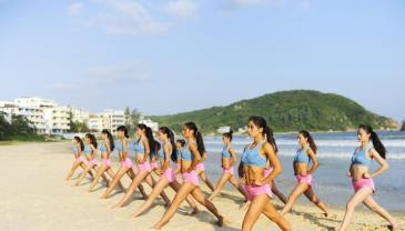 成都大学女子健身队三亚训练 备战大赛