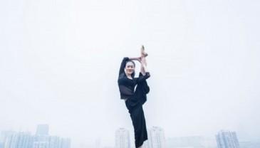 舞蹈系毕业生创意毕业照吸睛 宿舍楼顶秀舞姿