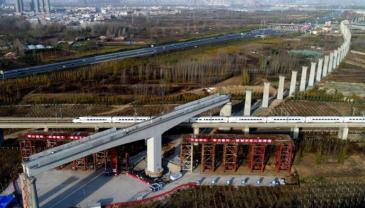 万吨高铁桥转体50度 桥下运行着京广高铁