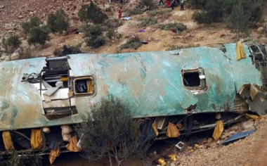 秘鲁一双层大客车翻下山路致35人丧生