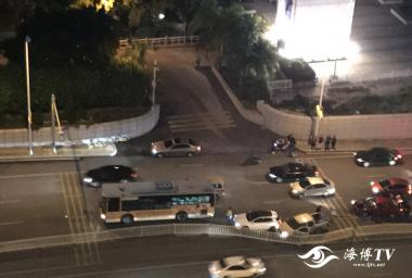 福州:江滨西大道缤纷园外发生一起交通事故
