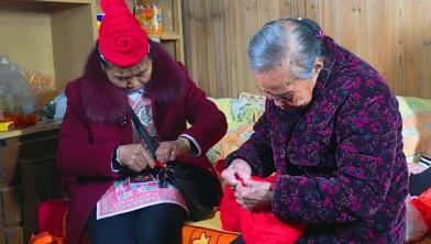 【罗源】五代同堂:奶奶和好命伴娘为新娘缝制福袋