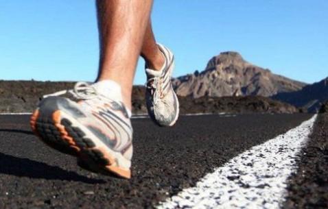 据表明不穿鞋能降低受伤的风险。如果你刚刚开始跑步,还是选择传统的运动鞋吧!