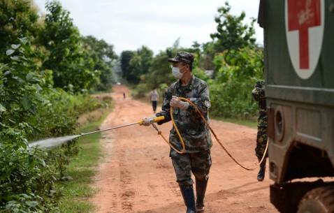 解放军医疗队在老挝维护溃坝灾民生命安全