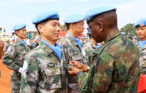 中国赴南苏丹维和工兵官兵获和平荣誉勋章