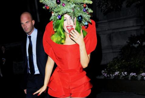 嘎嘎小姐装扮成圣诞树