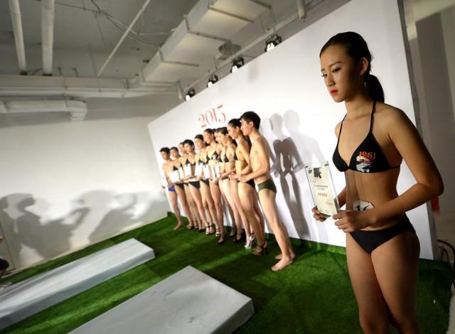 济南举行模特大赛 参加决赛的20名女生中