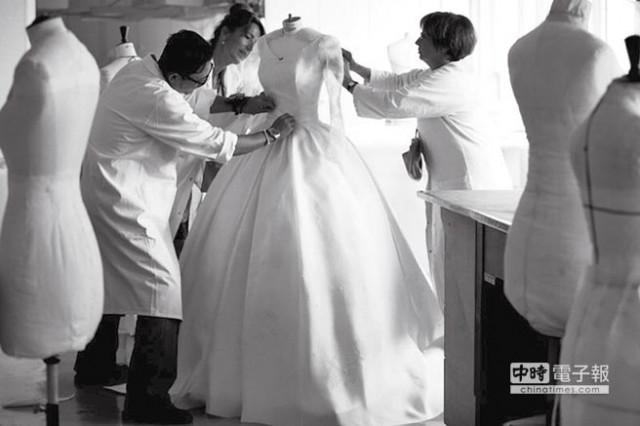 dior高级订制工坊制作婚纱手工细致