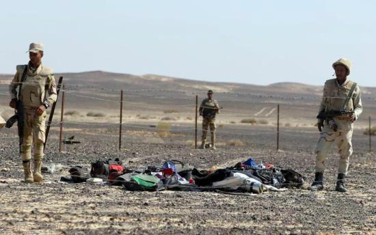 11月2日消息,由俄罗斯搜救人员、埃及军方和埃及卫生医疗对组成的搜救队伍正在客机失事现场展开搜救任务。 俄罗斯航空运输署署长亚历山大涅拉季科表示,对俄罗斯A321客机埃及空难的调查不应先提出各种可能性、然后再将证据对应这些可能性。 涅拉季科说:多位调查人员将研究在飞机零件上、托运行李、手提行李和遇难者遗体上是否存有爆炸物痕迹的问题,将研究在飞机上可能发生恐怖袭击的可能性观点。 据他表示,还将研究沙姆沙伊赫机场本身航空安全的问题,其是否按要求组织各方面工作或在工作中存在将违禁品带上飞机的失误。 10月