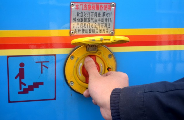 公交车安全逃生技巧 你知道多少?