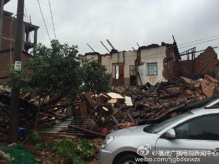 今晨7时许,莆田荔城区新度镇凌厝村的一座老宅倒塌,所幸无人受伤.