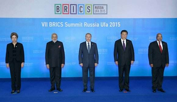 第七届金砖国家领导人峰会 时间:2015年7月 地点:俄罗斯乌法 参与国家:中国、印度、俄罗斯、巴西、南非 主要成果:  在本届乌法峰会上,金砖国家伙伴关系将继续在政治和经济两个方面进行了深入的讨论。本次峰会通过制定《金砖国家经济伙伴战略》,将为金砖国家未来几年的经贸合作制定规划蓝图,以推动金砖国家继续向着建设一体化大市场、多层次大流通、陆海空大联通、文化大交流的目标迈进。金砖国家新开发银行(下称金砖银行)和金砖国家应急储备安排是此次金砖国家取得的最为显著的成果。