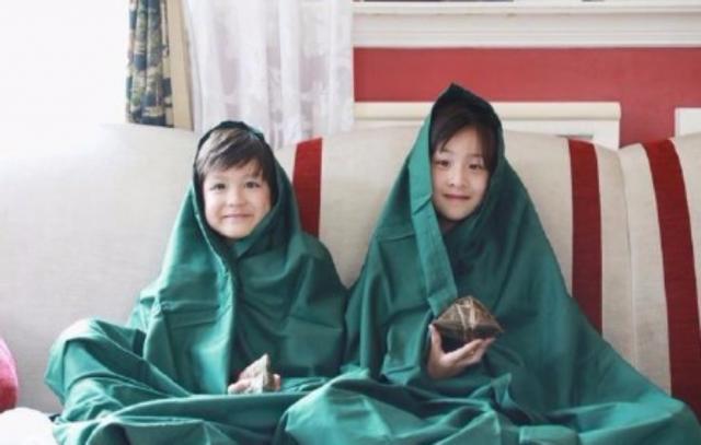 """网友们纷纷表示:""""姐弟俩完全继承了爹妈颜值,一个负责帅,一个负责美"""