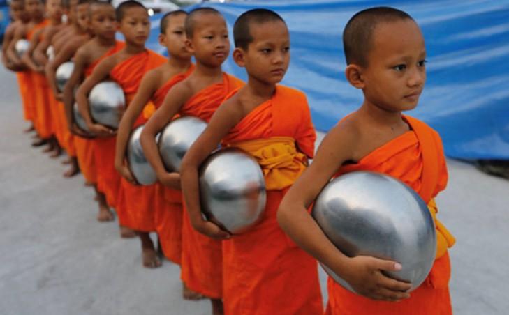泰国小和尚去化缘:身披橙色僧衣 手托银色法钵