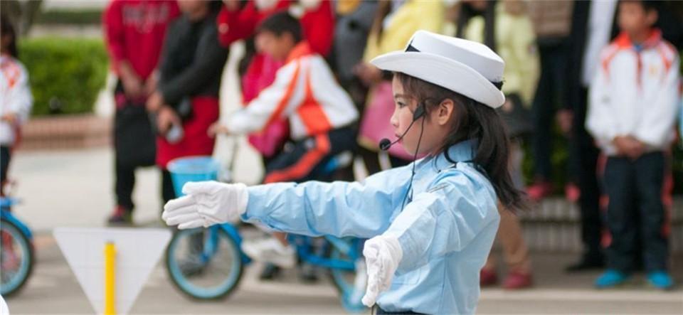 广西小学生穿警服指挥交通