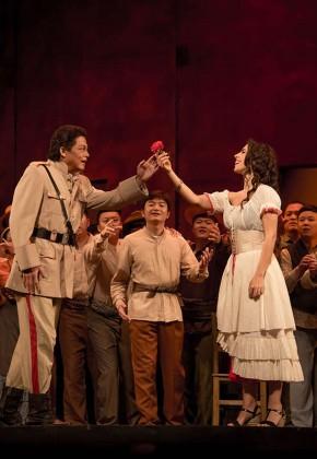 歌剧《卡门》上演,现场座无虚席